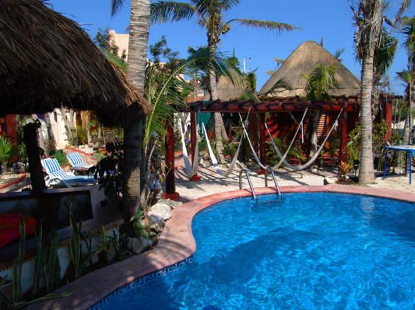 Hotel cocos caba as playa del carmen m xico pricetravel - Cabanas en la playa ...