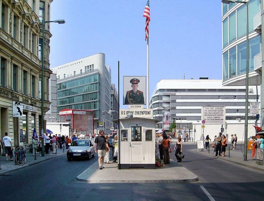 Antiguo punto de control Checkpoint Charlie en Berlín