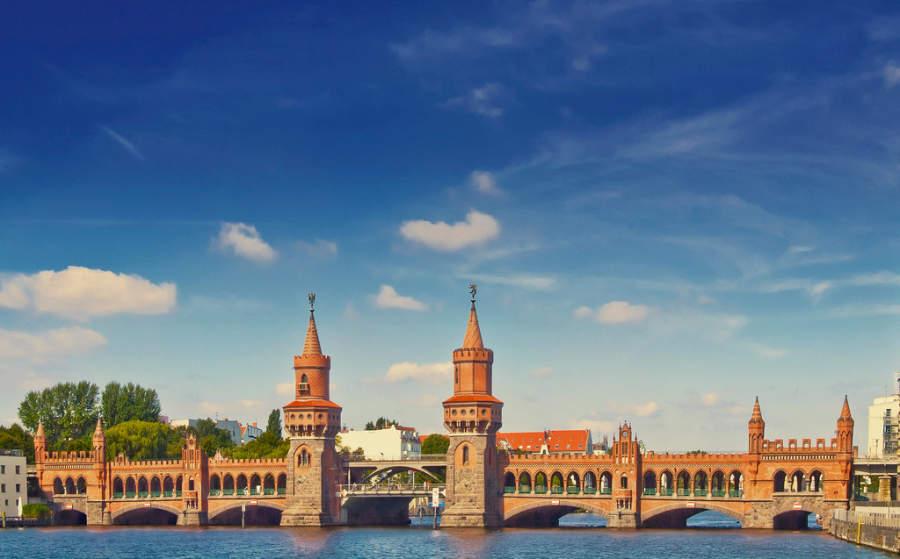 Puente Oberbaumbrücke en la ciudad de Berlín
