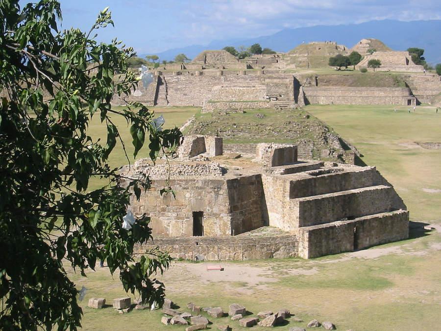 Vista de la Plaza Central desde la Plataforma Sur de Monte Albán en Oaxaca