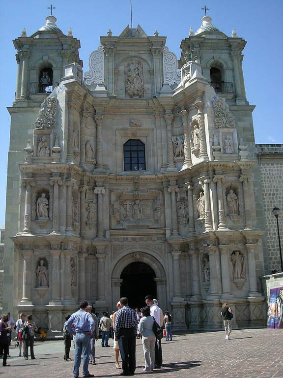 Exterior de la Basílica de Nuestra Señora de la Soledad en Oaxaca