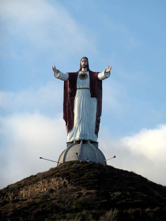 Cristo Sagrado Corazón, en la cima de una loma al sur de Rosarito