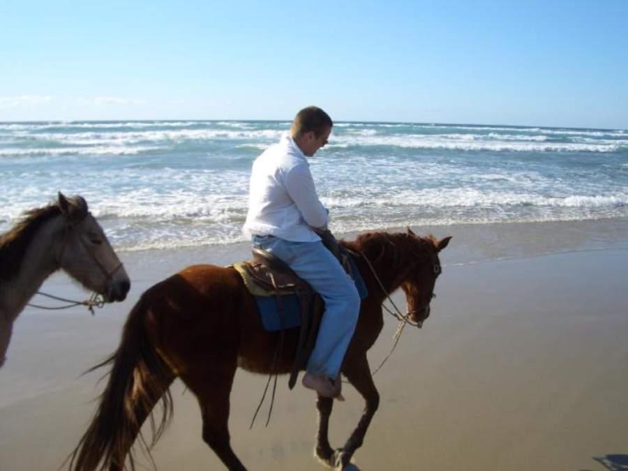En las playas de Rosarito se ofrecen paseos a caballo