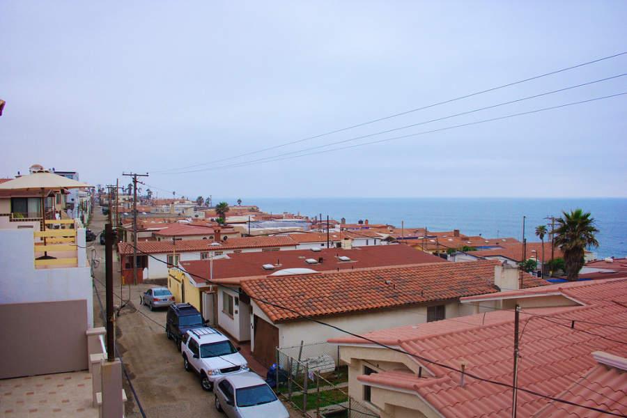 Vista de los tejados de las casas en Rosarito