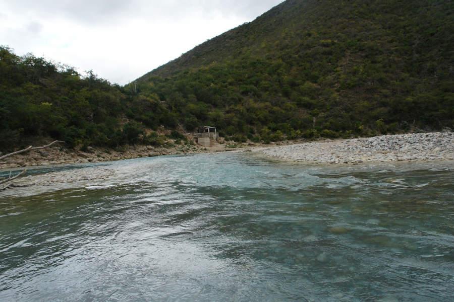 Orillas del río Santa María en Jalpan de Serra