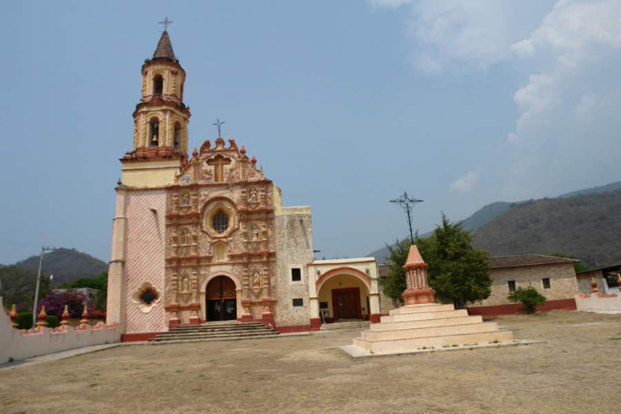 La fachada de la iglesia Nuestra Señora del Valle de la Luz es de estilo barroco
