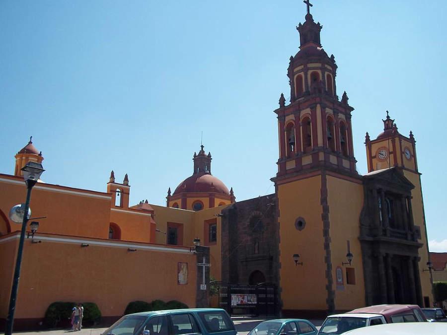 Templo de Nuestra Señora de Guadalupe frente a la Plaza de la Independencia