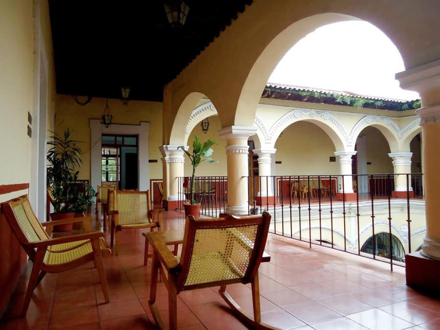 Pasillos e interiores de la Casa de la Cultura de Córdoba, antiguo Portal de la Gloria