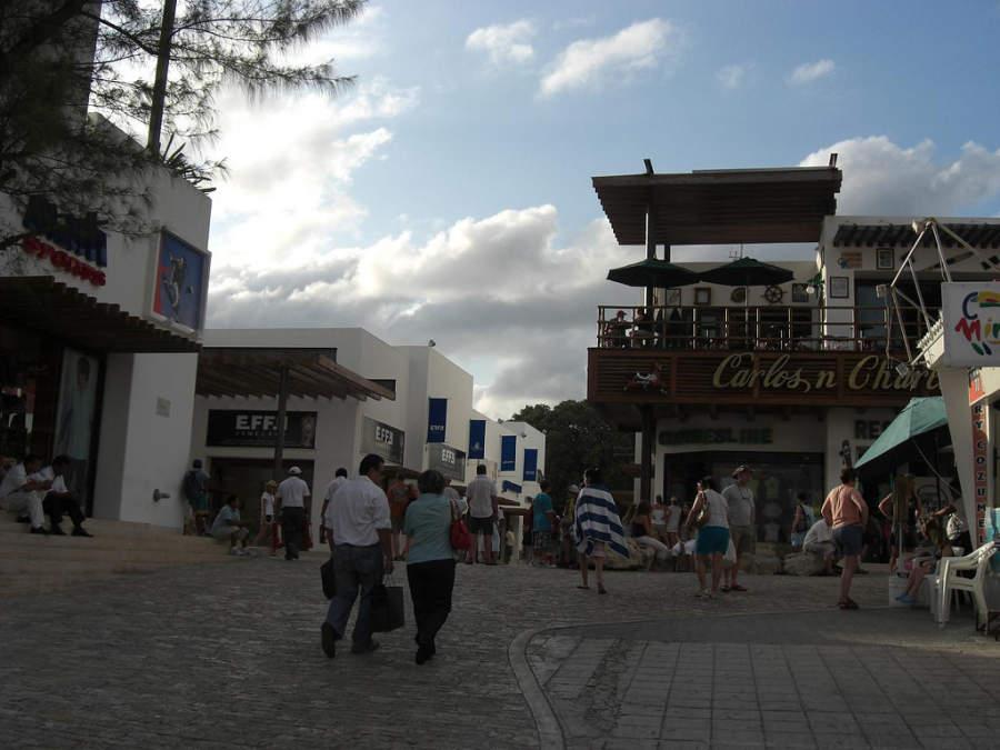 La Quinta Avenida recorre Playa del Carmen de norte a sur