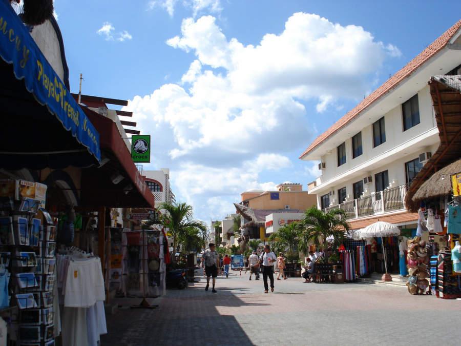 La Quinta Avenida es la calle peatonal más importante de Playa del Carmen