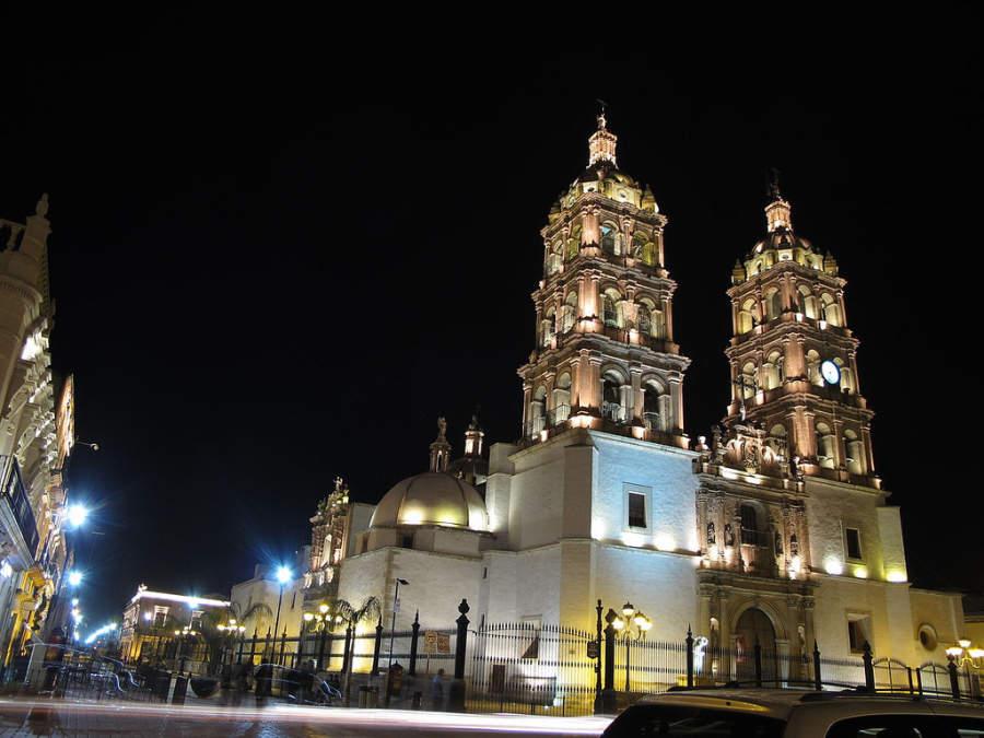 Vista nocturna de la Catedral Basílica Menor en Durango