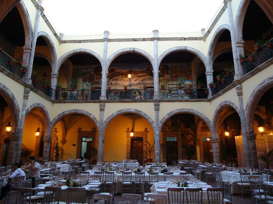 Patio interior de estilo colonial en el Palacio de Gobierno