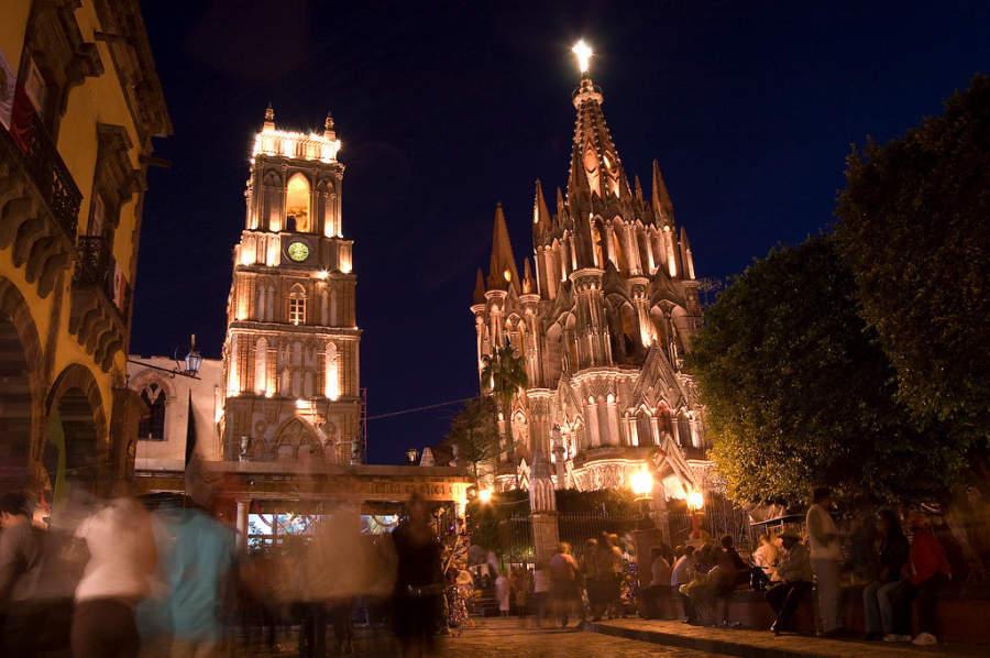 Vista nocturna de la Parroquia de San Miguel Arcángel