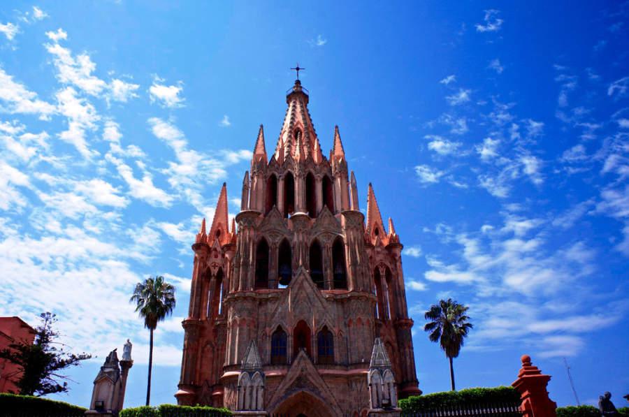 Fachada de estilo gótico de la Parroquia de San Miguel Arcángel