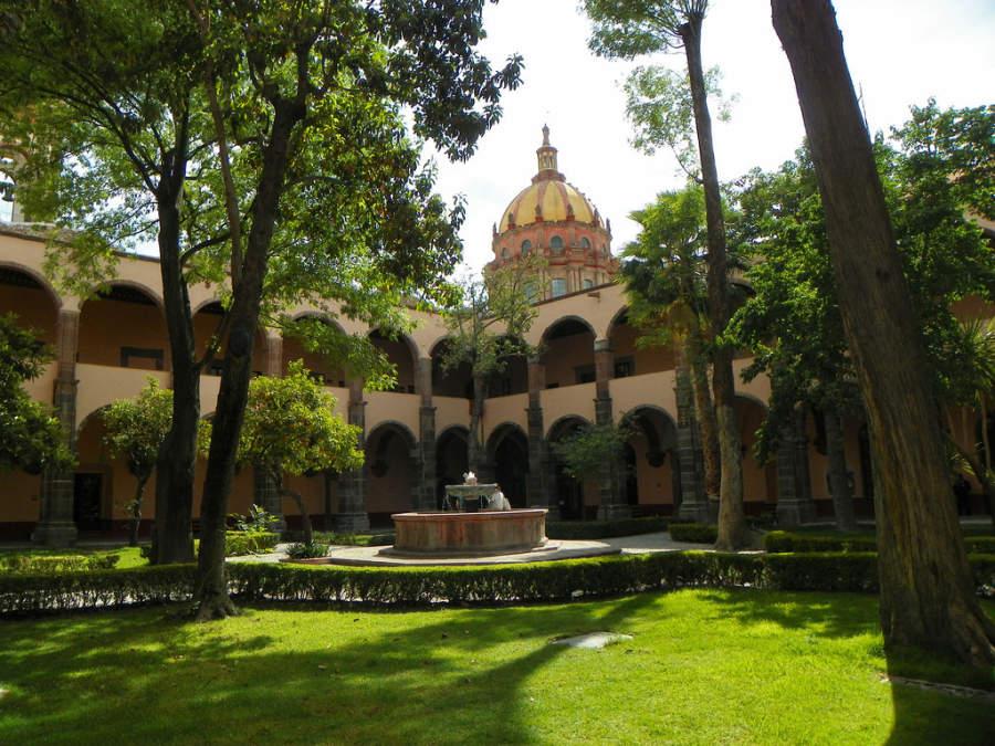 Explanada del Centro Cultural Ignacio Ramírez - El Nigromante en San Miguel de Allende