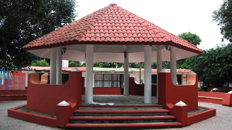La plaza principal de Cocoyoc tiene áreas verdes y un quiosco