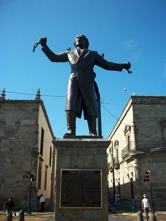 Estatua de Miguel Hidalgo y Costilla en Plaza Liberación