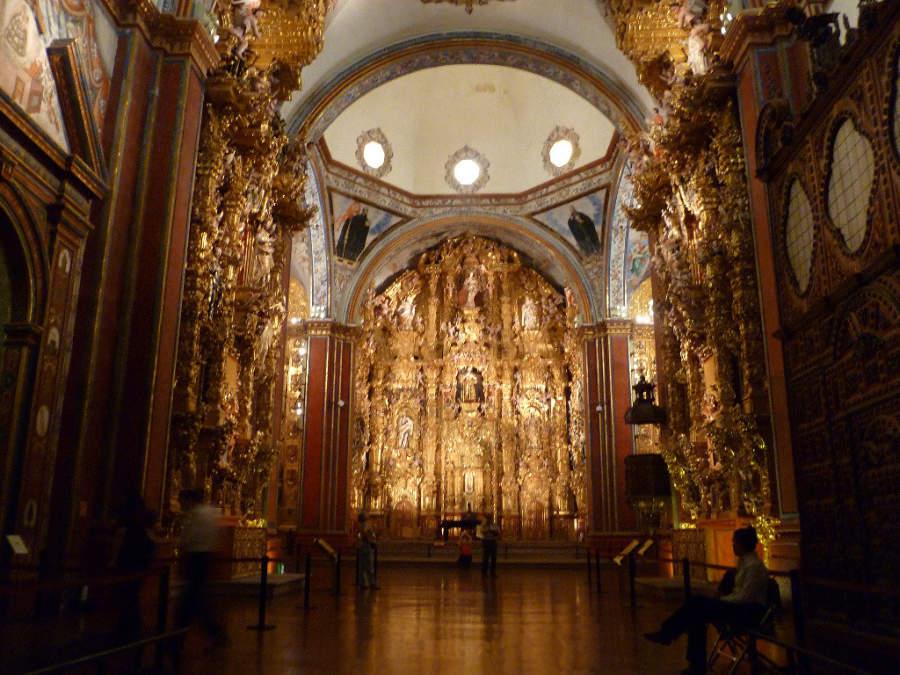 En el interior del Templo de San Francisco Javier hay retablos de madera con oro