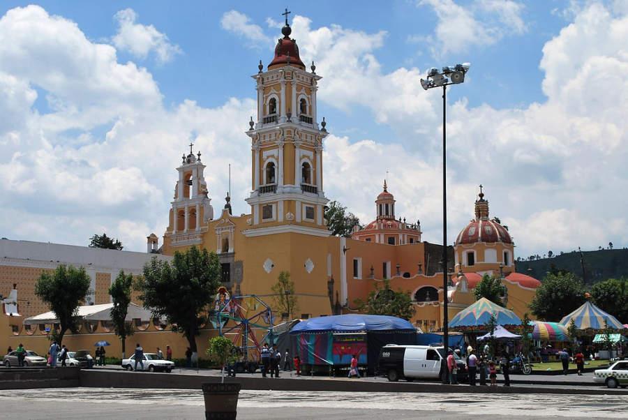 Fachada de la iglesia y de la Plaza del Carmen en Toluca