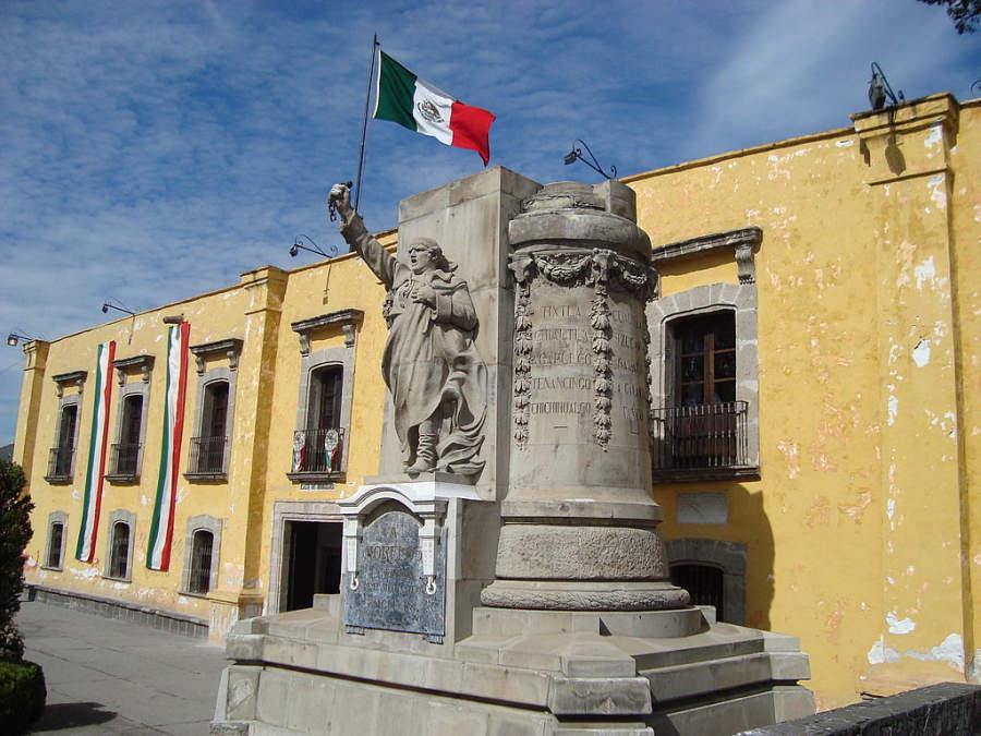 Monumento en la entrada del Museo Casa de Morelos en Ecatepec
