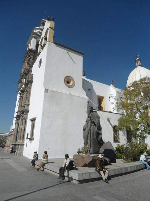 Estatua de San Juan Pablo II junto a la Catedral de Irapuato