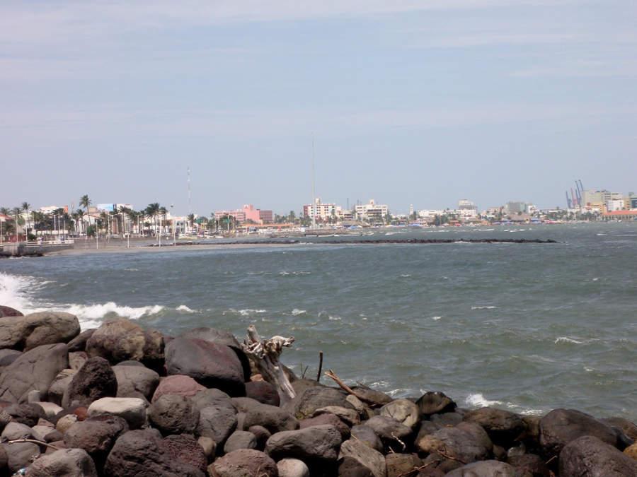 Escolleras en una playa de Veracruz