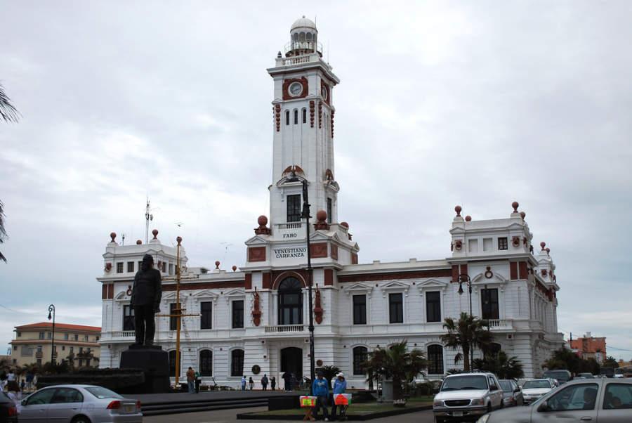 Vista exterior del Faro Venustiano Carranza en el Puerto de Veracruz
