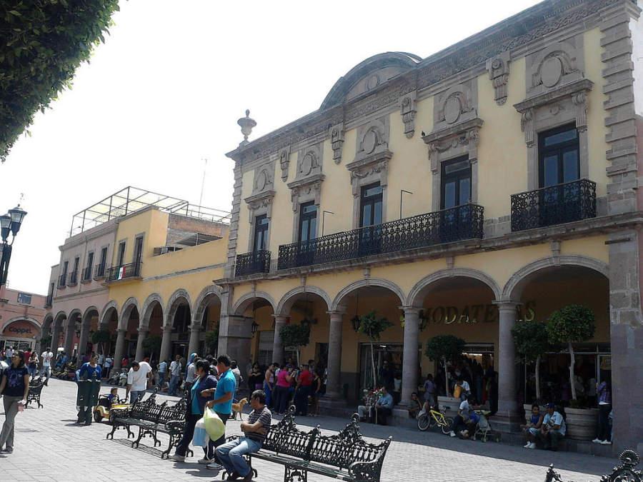 Camina por la Plaza de Armas de Celaya