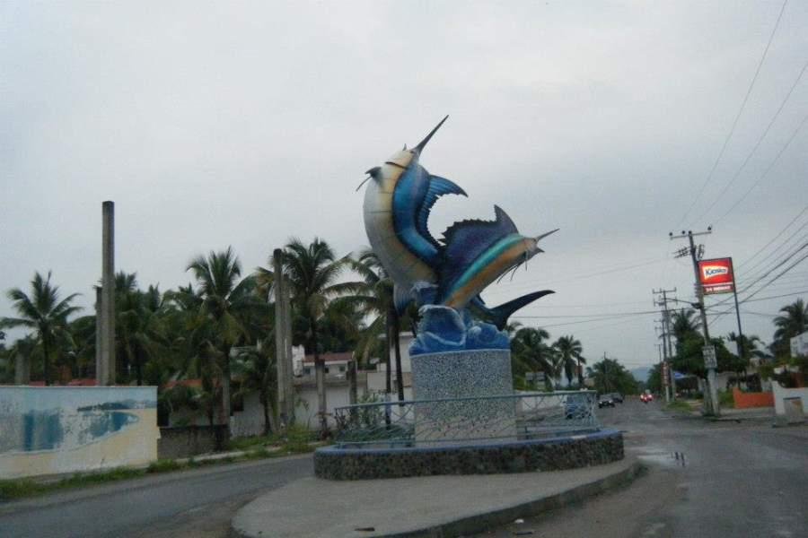 Monumento en el puerto de Barra de Navidad