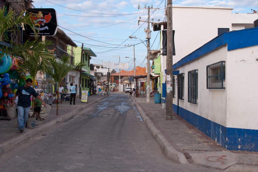 Calle en el poblado de Barra de Navidad