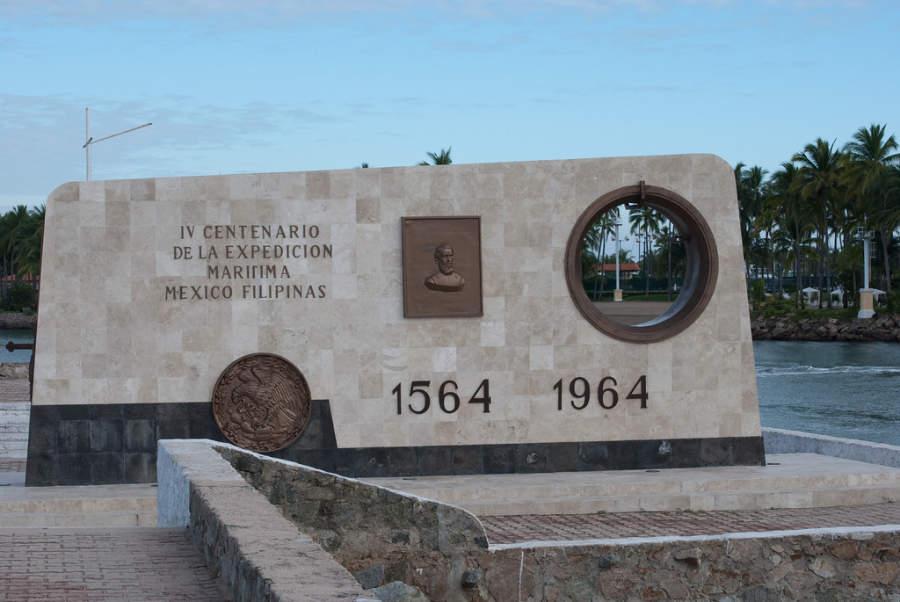 Monumento conmemorativo de las embarcaciones que zarparon desde Barra de Navidad