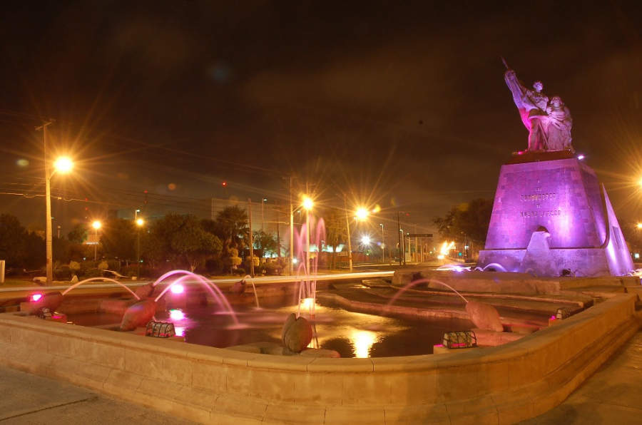 Vista nocturna del Monumento a los Fundadores de Nuevo Laredo