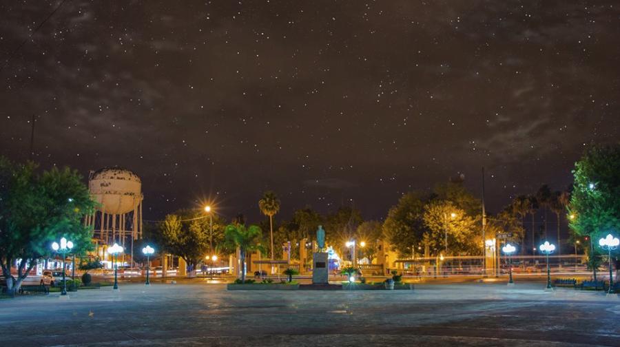 Vista nocturna de la Explanada Esteban Baca Calderón en Nuevo Laredo
