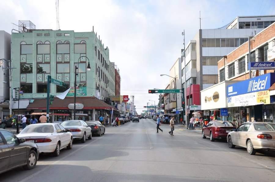 Avenida comercial en el centro de Nuevo Laredo