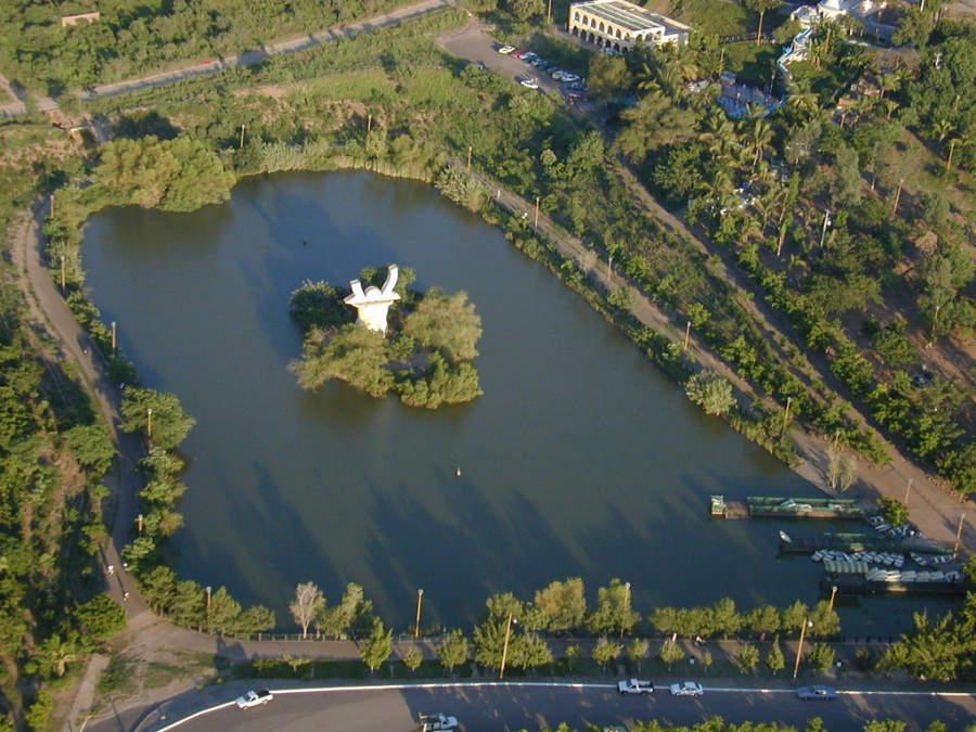 Vista panorámica del lago Parque 87 en Culiacán