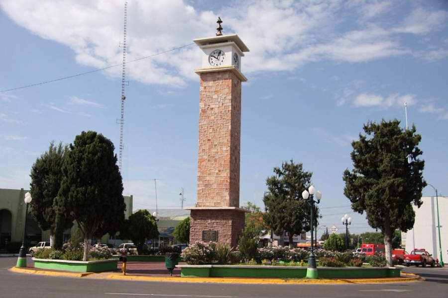 El Reloj Público está rodeado de edificios de gobierno y comerciales