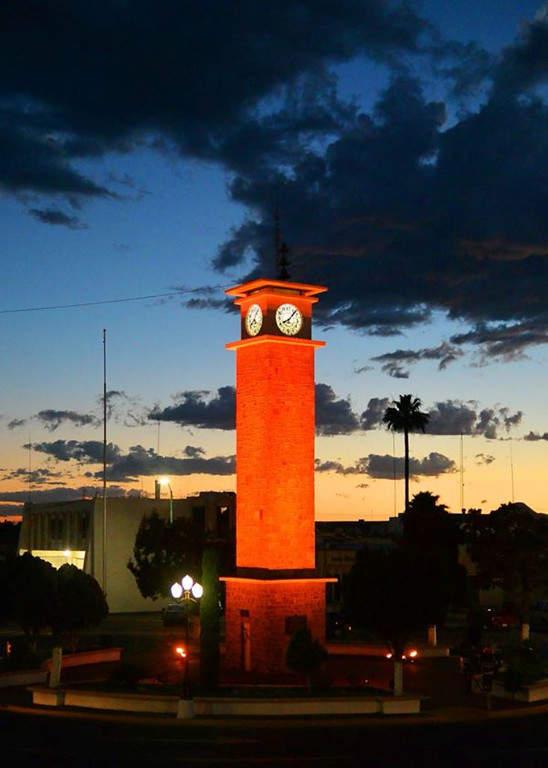 Atardecer en la rotonda del Reloj Público de Delicias