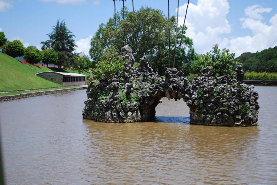 Formación rocosa en el lago del parque acuático de Ixtapan de la Sal