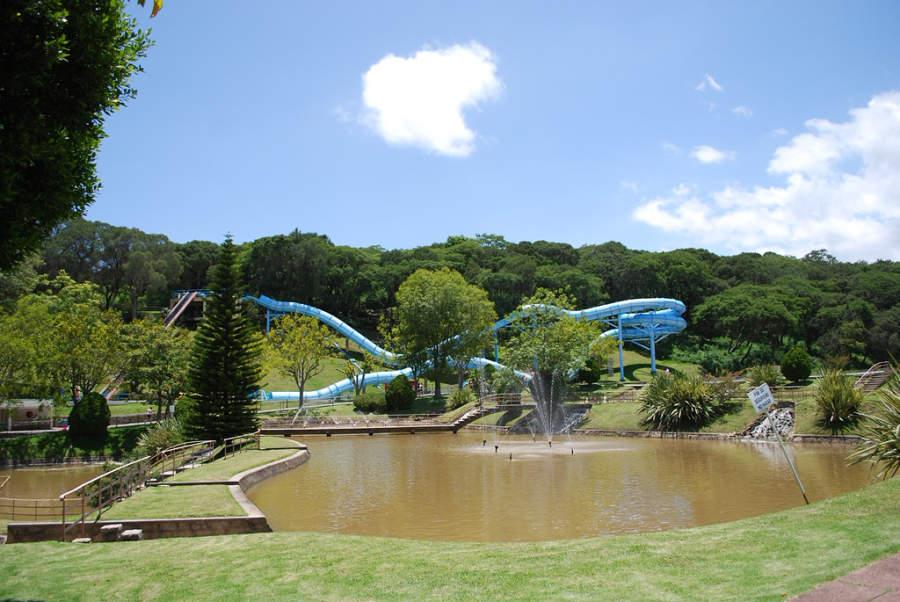 Vista de un tobogán del parque acuático en Ixtapan de la Sal