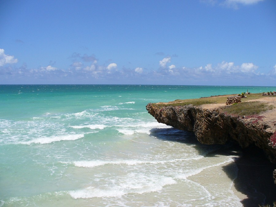 Es una ciudad turística en el Caribe