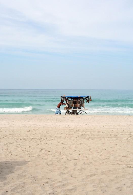 Vendedor de artesanías en la playa
