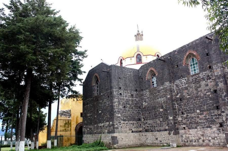 A un costado del Templo de San Esteban está la Capilla Abierta