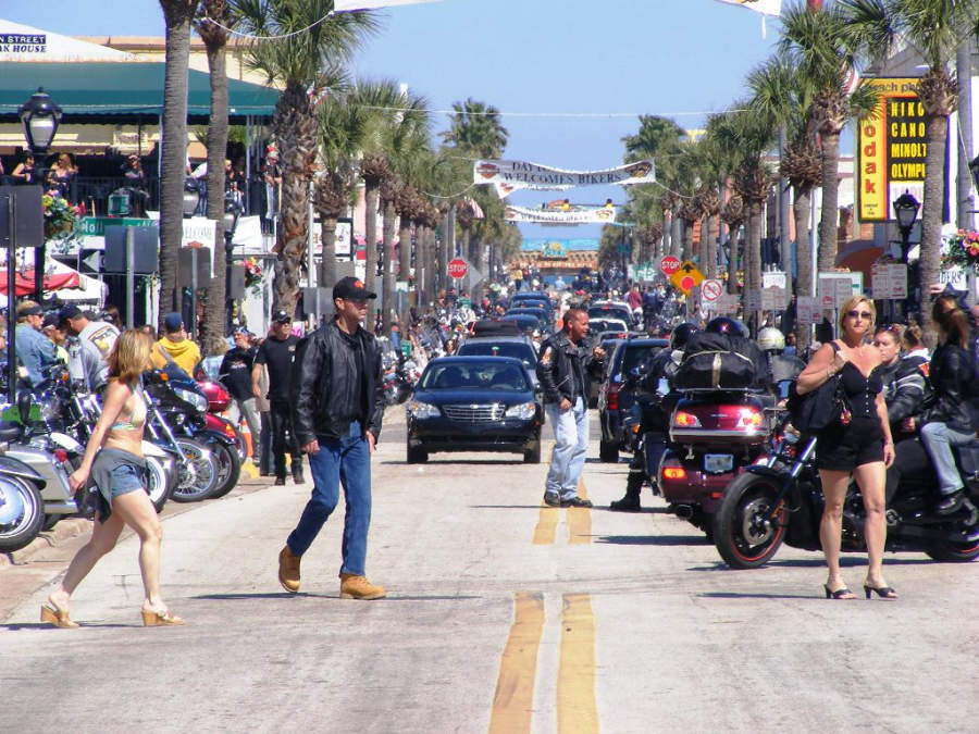 Durante el evento Biketoberfest se reúnen miles de motociclistas en Daytona Beach