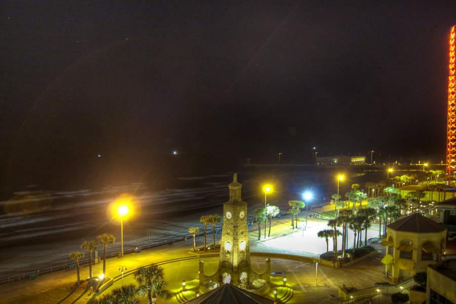 Vista de la playa de Daytona Beach al anochecer