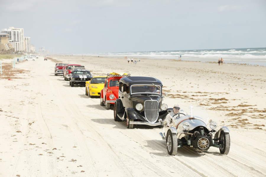 Durante el evento Biketoberfest en Daytona Beach se realizan paseos por la playa