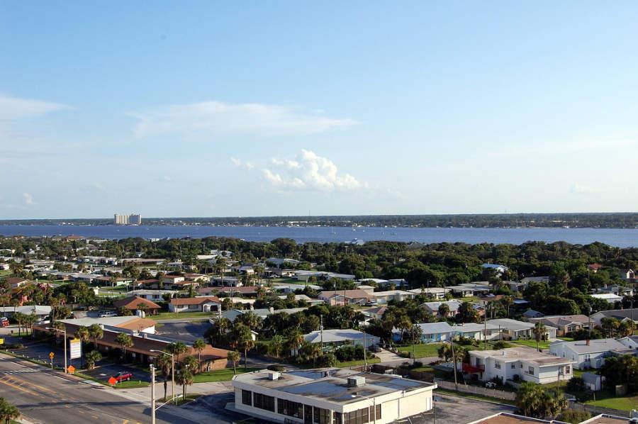Vista del mar desde la ciudad de Daytona Beach, Florida