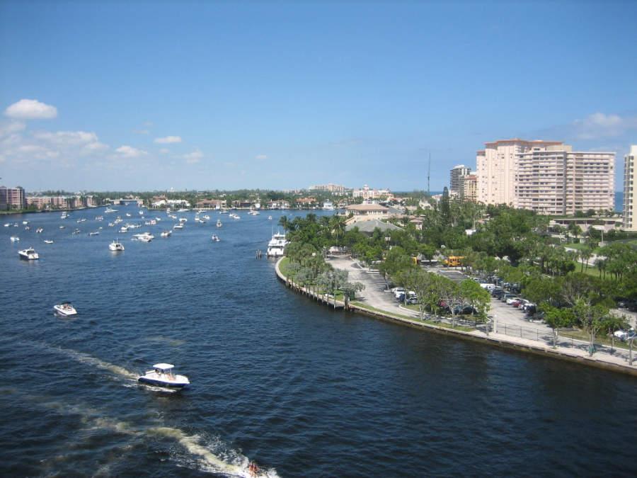 Lago Wyman cerca de la costa en Boca Ratón, Florida