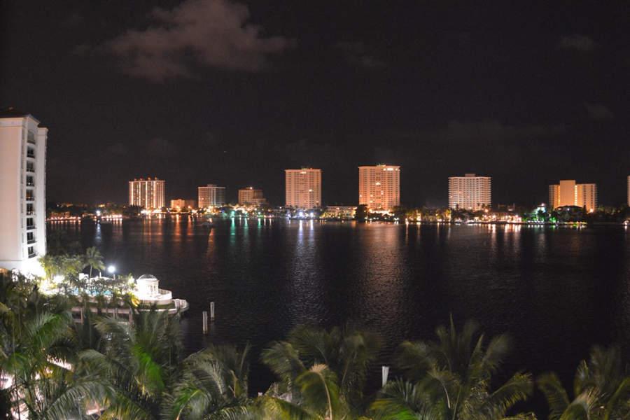 Vista nocturna de la ciudad de Boca Ratón en el suroeste de Florida