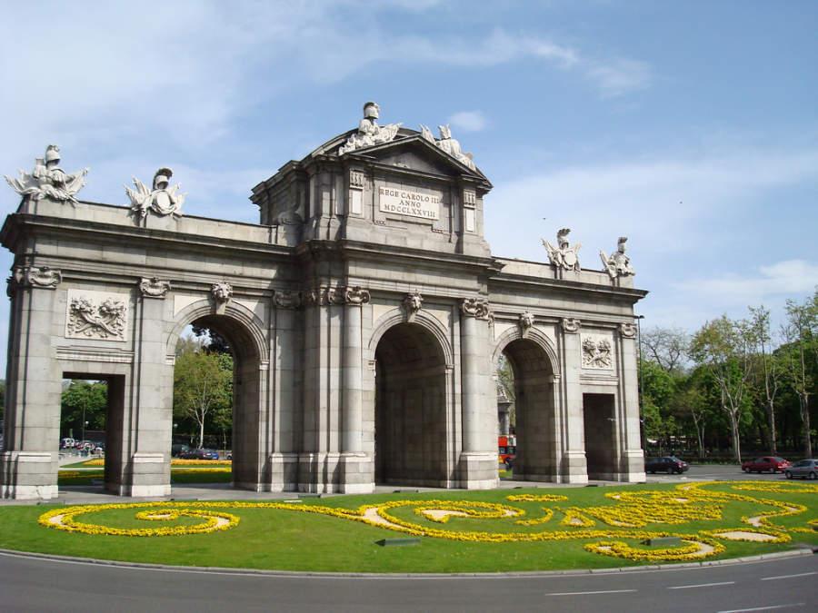 Puerta de Alcalá en la plaza de la Independencia en Madrid
