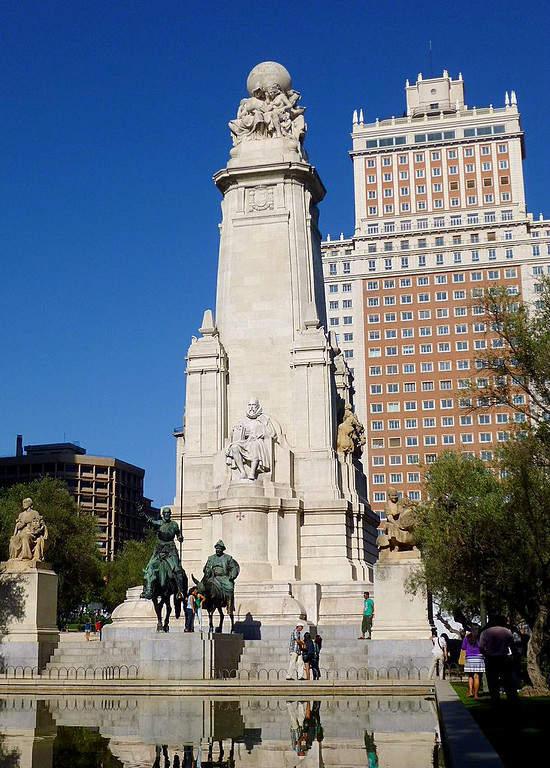 Monumento a Miguel de Cervantes en la Plaza de España